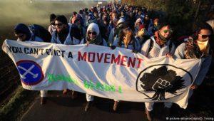 Aktivisten blockieren Braunkohleabbau in Hambach