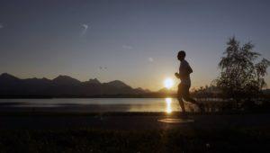 Besser laufen statt drücken: Ausdauersportarten halten die Zellen jung