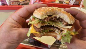 Neue Studie: Warum Schlafmangel Lust auf fettige Snacks macht