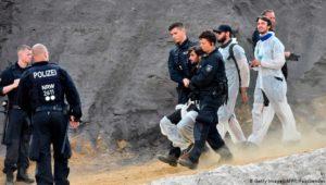 Tagebau Garzweiler: Aktivisten halten Polizei in Atem