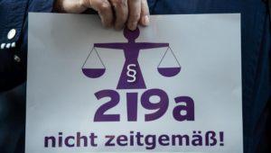 Streit um Abtreibungsparagrafen: Urteil gegen Ärztin aufgehoben